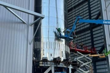SpaceX将超重型助推器运往发射台进行星际飞船轨道飞行前的准备